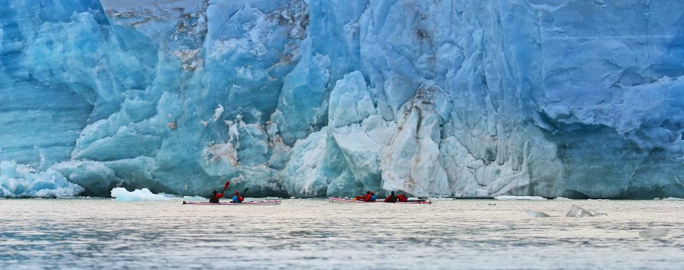 Kayak près du glacier de Svea dans Isfjord au Spitzberg : Svalbard